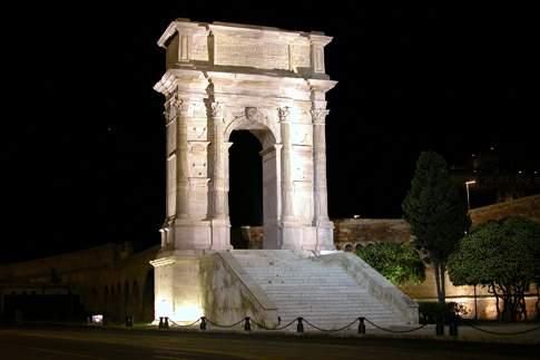 Veduta notturna dell'Arco di Traiano