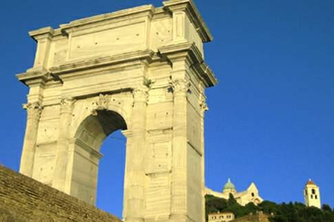Scorcio dell'Arco di Traiano con la Cattedrale di San Ciriaco in lontananza