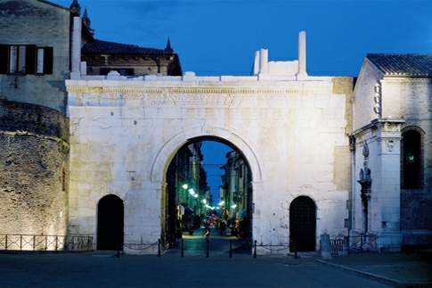 Arco di Augusto, vista notturna