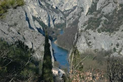 Pareti del Furlo e fiume nel fondovalle