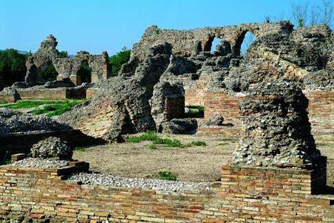 Resti del teatro romano di Helvia Ricina