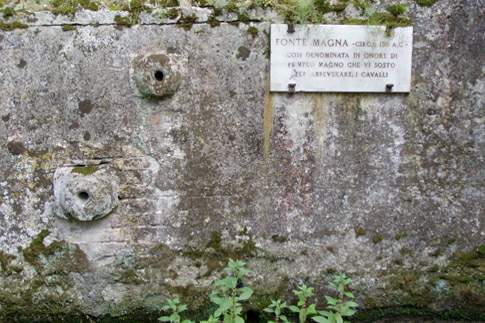 Fonte Magna, in onore di Pompeo Magno che vi sostò per abbeverare i cavalli