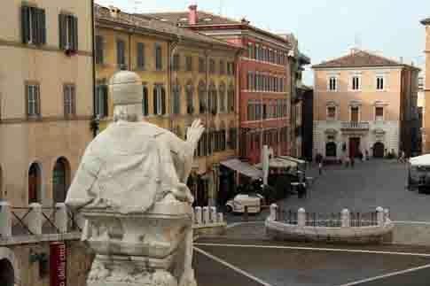 Piazza del Plebiscito con la statua di Papa Clemente XII in primo piano