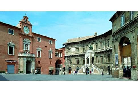Palazzo degli Studi e Palazzo dei Priori in Piazza del Popolo