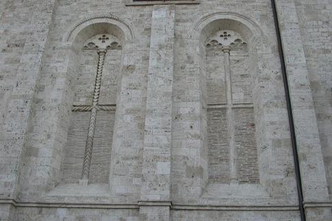 Particolare dell'esterno della Chiesa dei Ss. Vincenzo e Anastasio