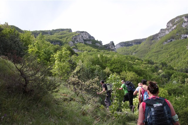 Escursionisti sulle pendici del monte Nerone
