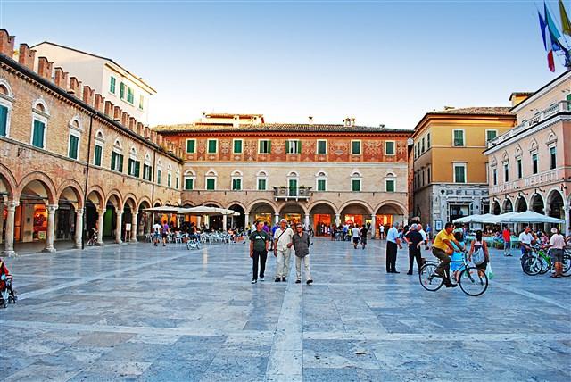 Piazza del Popolo, Ascoli Piceno lato Chiesa di S. Francesco