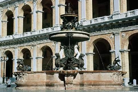 Loreto - Particolare della fontana di Piazza della Madonna