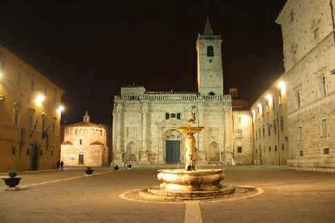 Scopri le attrazioni di Ascoli Piceno – Piazza Arringo