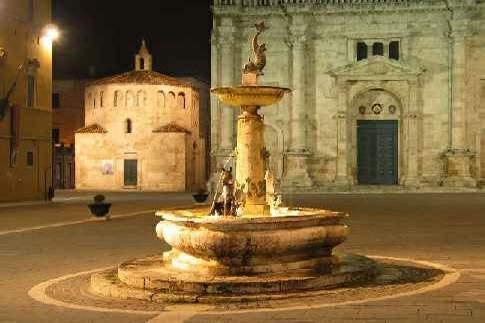 Ascoli Piceno - Piazza Arringo, particolare