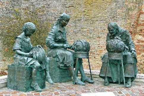 Offida - Monumento alle Merlettaie