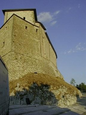 Rocca di Frontone, esterno