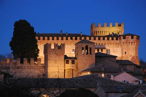 Veduta notturna del Castello di Gradara