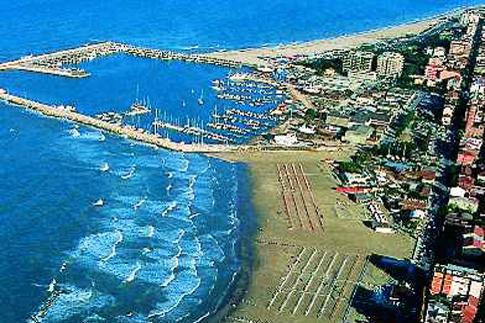 Veduta dall'alto della spiaggia di Civitanova Marche e del suo porto turistico