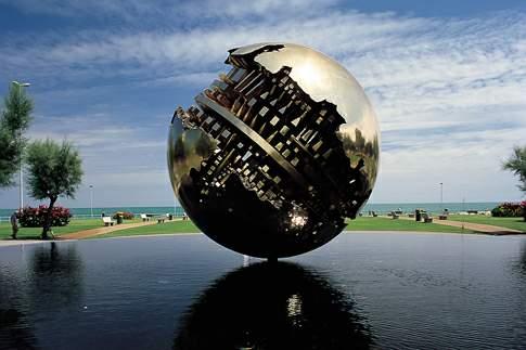 La sfera di Arnaldo Pomodoro