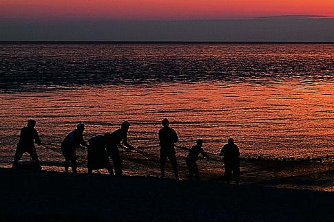 Pescatori sulla spiaggia di Porto Recanati