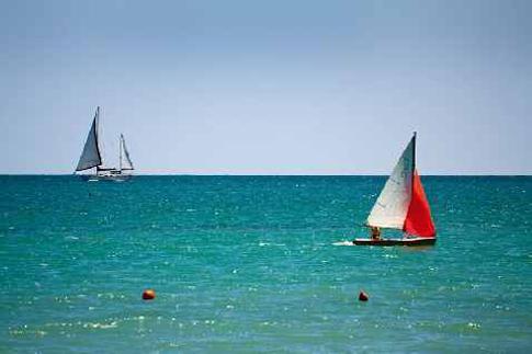 Imbarcazioni a vela nel mare di Porto Sant'Elpidio