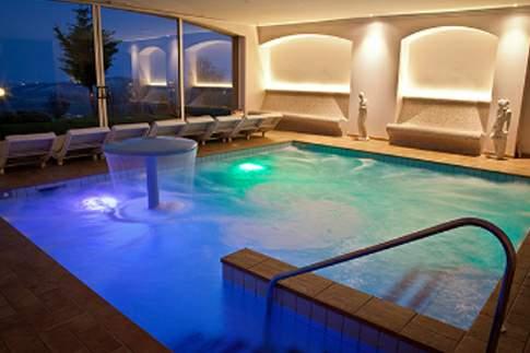 Suggestiva illuminazione della piscina interna idrotermale