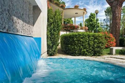 Giochi d'acqua all'esterno delle Terme Santa Lucia di Tolentino